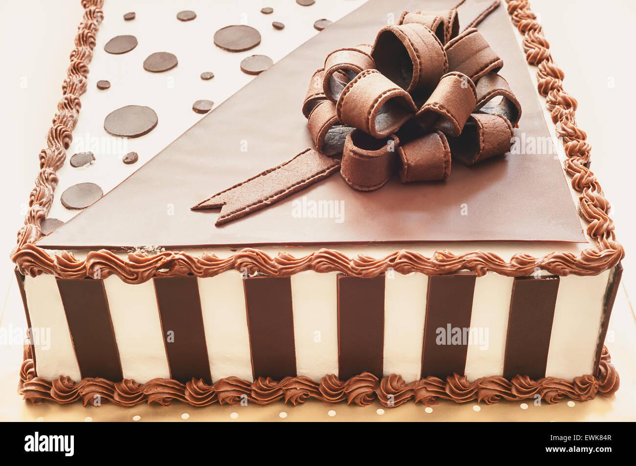 Portrait d'un gâteau au chocolat, deux couleurs marron et blanc, voir du premier plan à la page. Photo Stock
