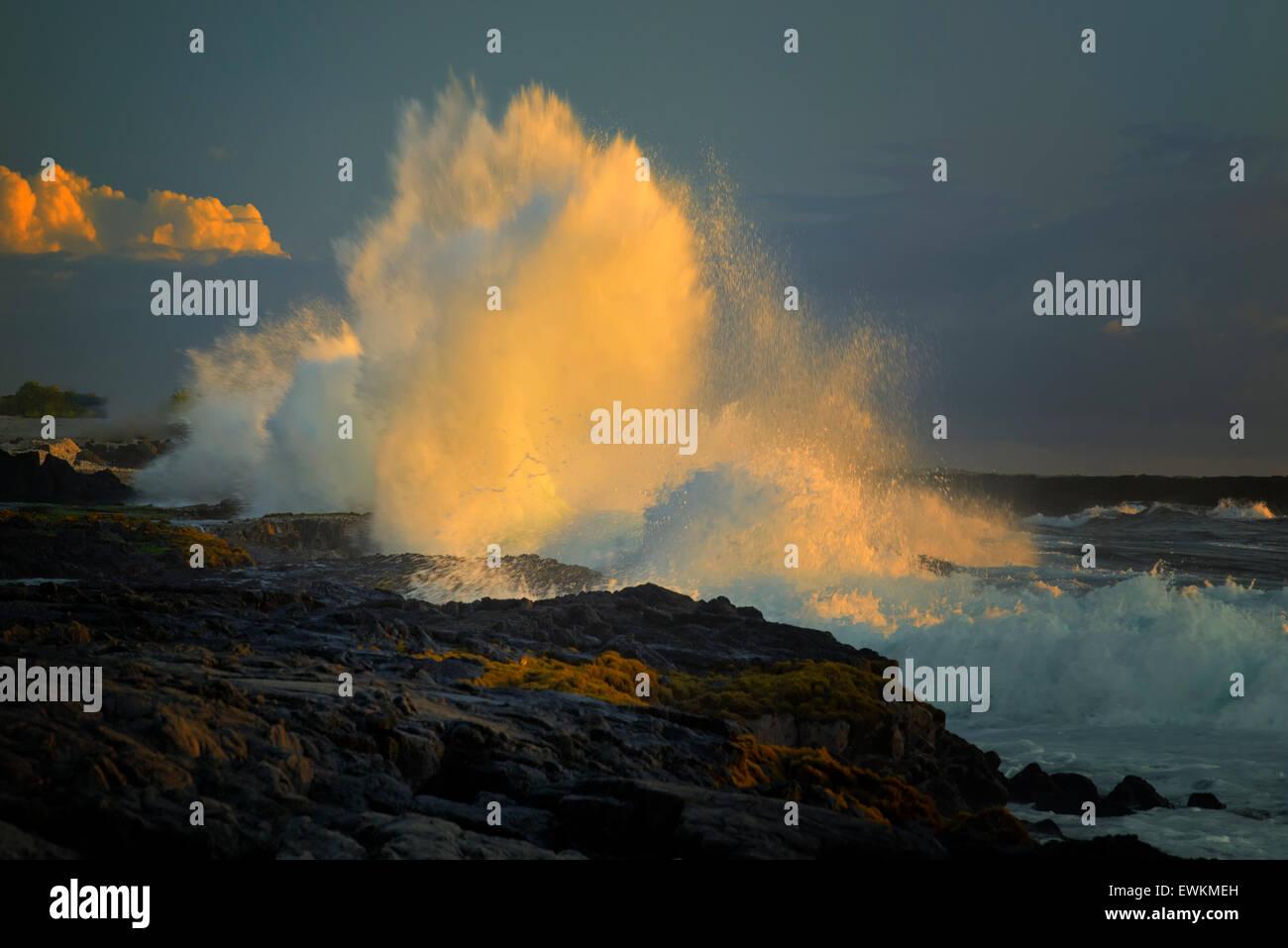 L'onde de tempête au coucher du soleil sur l'Hawaii Big Island Photo Stock