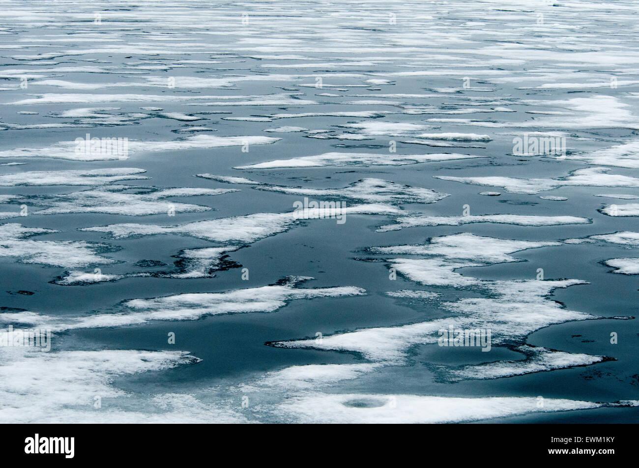 Résumé formé par la glace dans les eaux bleues de l'océan Arctique près de Spitzberg, Photo Stock