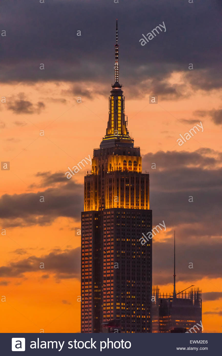 Empire State Building éclairé au crépuscule, New York, New York USA. Photo Stock