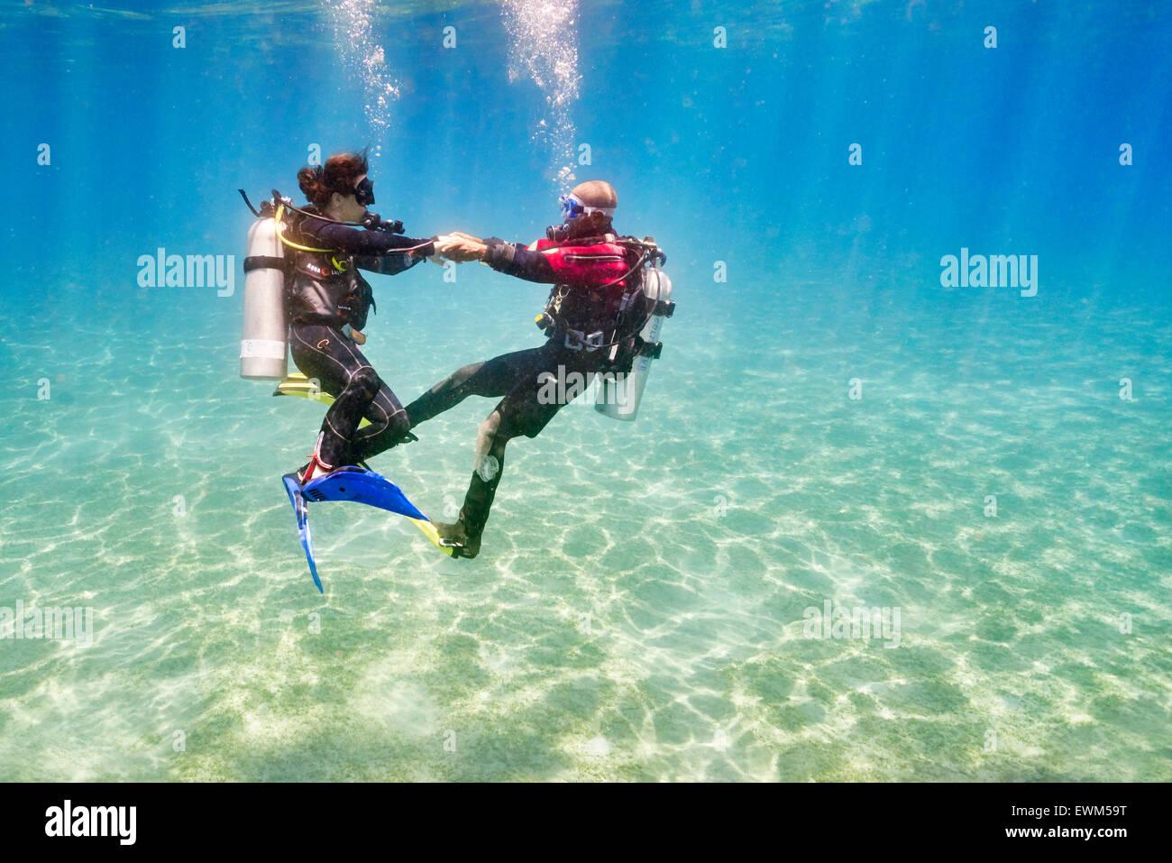 Moniteur de plongée avec plongeur débutant, première plongée sous-marine, Marsa Alam, Red Sea, Photo Stock