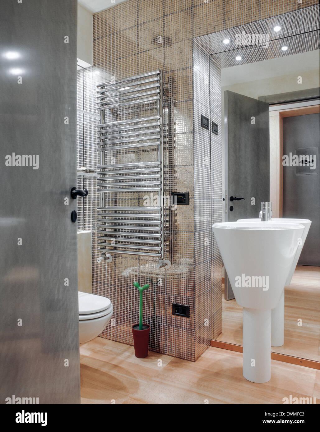 Premier plan de lavabo dans la salle de bains moderne avec du ...
