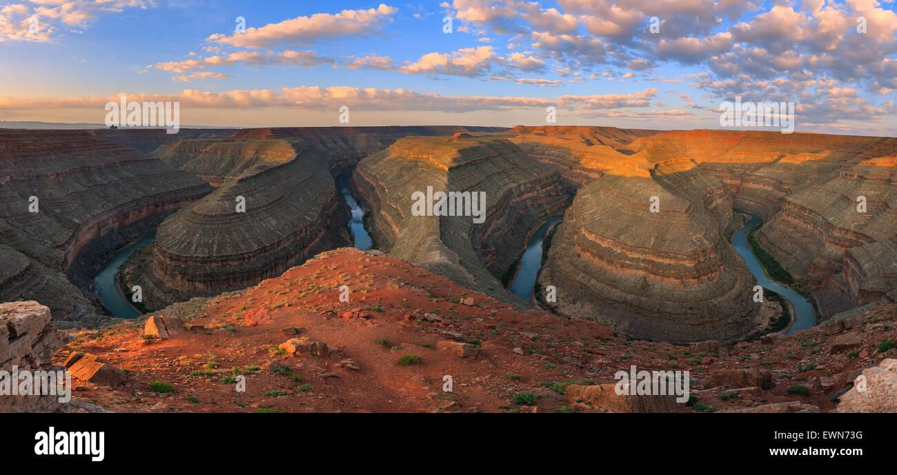 Les méandres de la Rivière San Juan au lever du soleil à Goosenecks State Park dans l'Utah, USA. Photo Stock