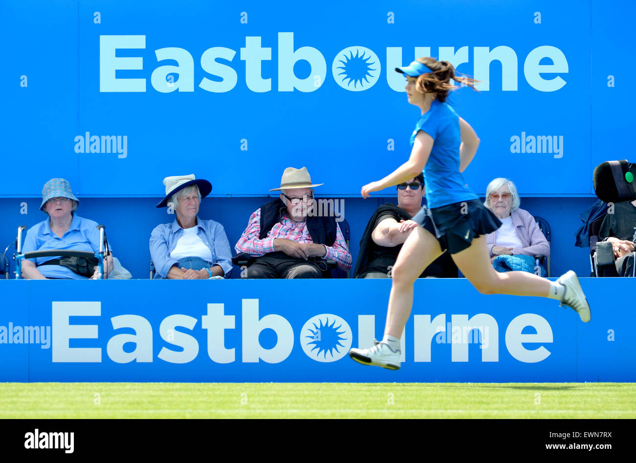 Personnes âgées les spectateurs et une balle en fille sur le court central à l'Aegon International Photo Stock