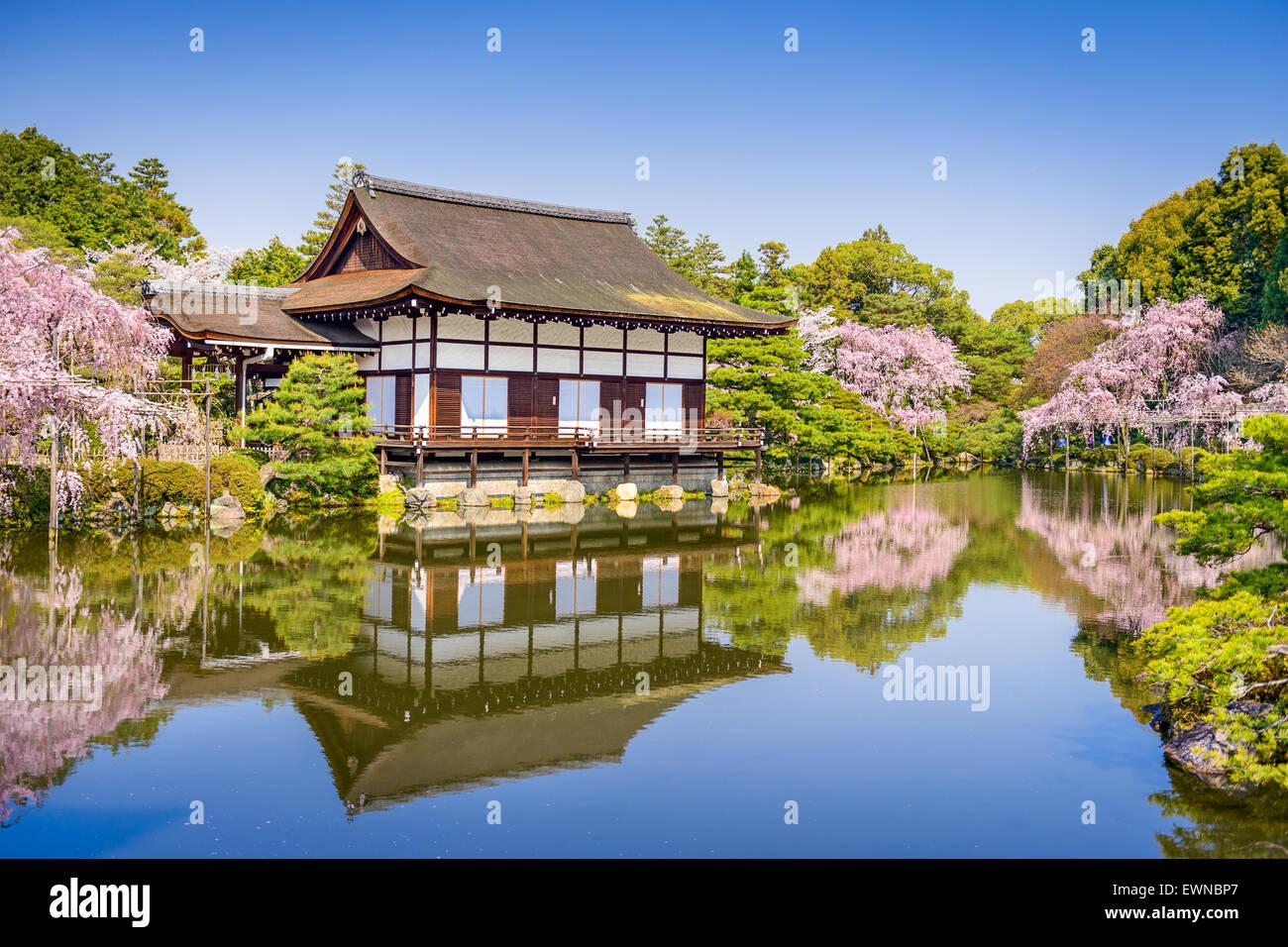 Kyoto, au Japon, au printemps à l'étang Sanctuaire Heian et jardin hall d'événements Photo Stock