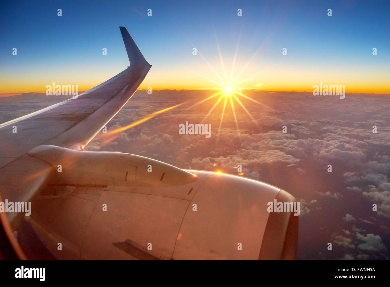 Vue du coucher de soleil à partir de la fenêtre de l'avion Photo Stock