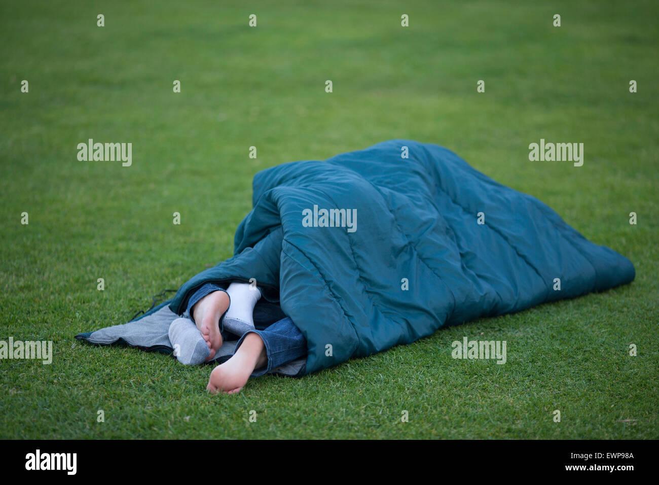 Deux paires de pieds traînant de sac de couchage. Photo Stock