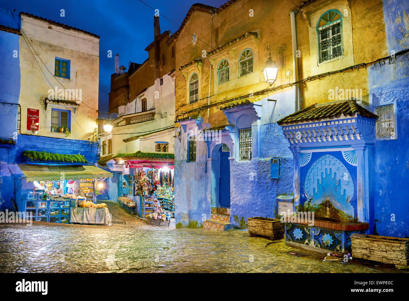 Murs peints en bleu à l'ancienne médina de Chefchaouen, Maroc, Afrique Photo Stock