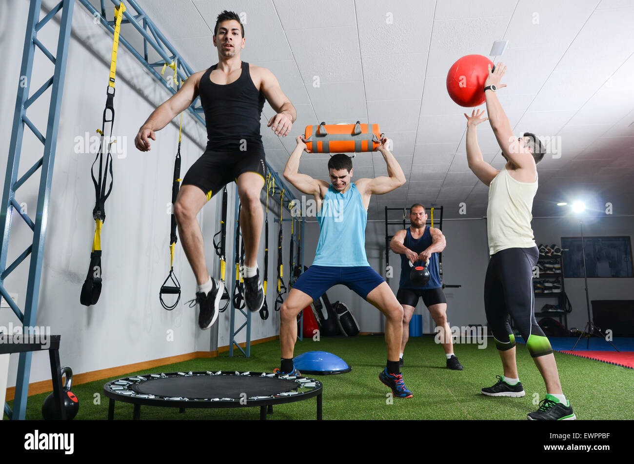 L'équipe de Crossfit en action la formation at gym Photo Stock