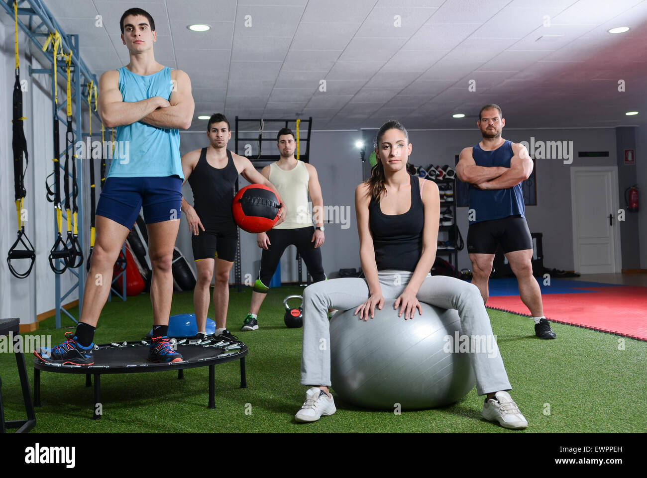 Groupe Crossfit gym au prêt pour les exercices et monter Photo Stock