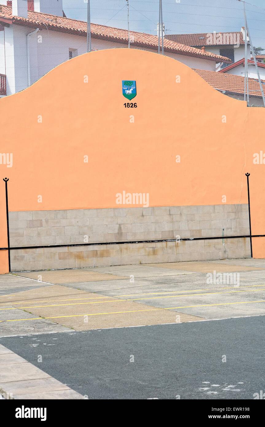 Vue de l'open-air fronton de pelote basque dans le village de Ciboure (Ziburu). La France. Banque D'Images