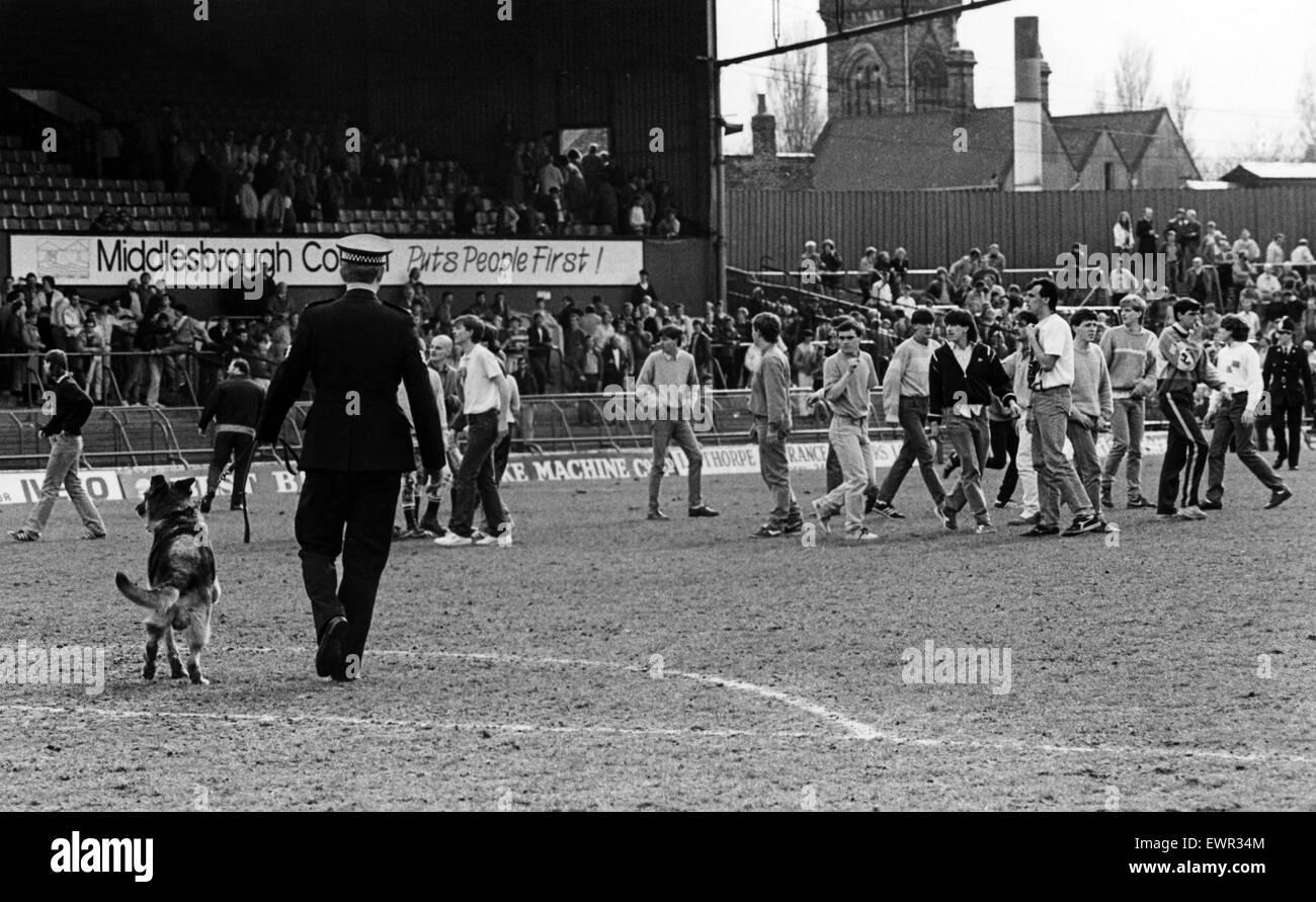 Fans envahissent la hauteur à Ayresome Park. 28 avril 1986. Banque D'Images