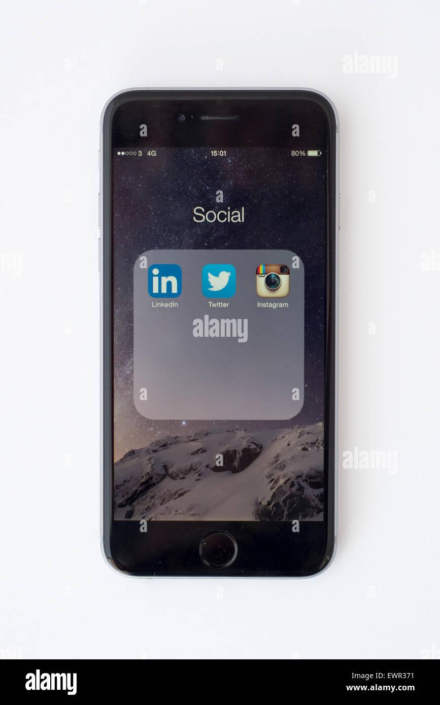 L'iphone 6 avec des applications de médias sociaux Photo Stock