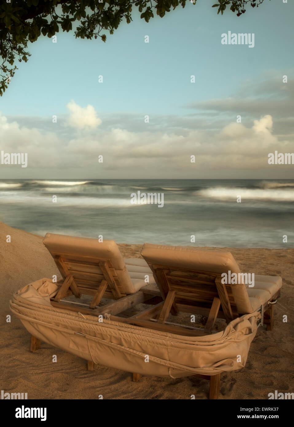 Réglage de la lune sur l'océan avec des chaises de plage. New York, la grande île. Photo Stock