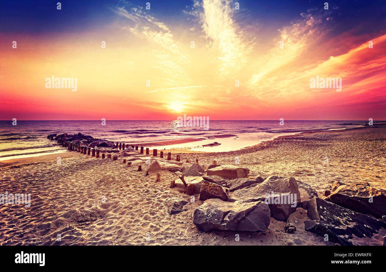 Style rétro vintage beau coucher du soleil, Miedzyzdroje en Pologne. Photo Stock