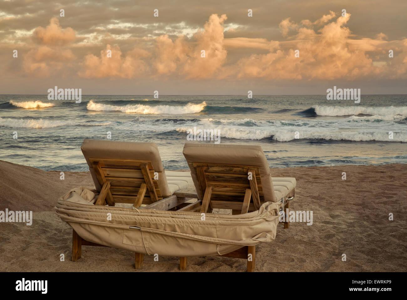 Lever du soleil et des vagues avec des chaises de plage. New York, la grande île. Photo Stock