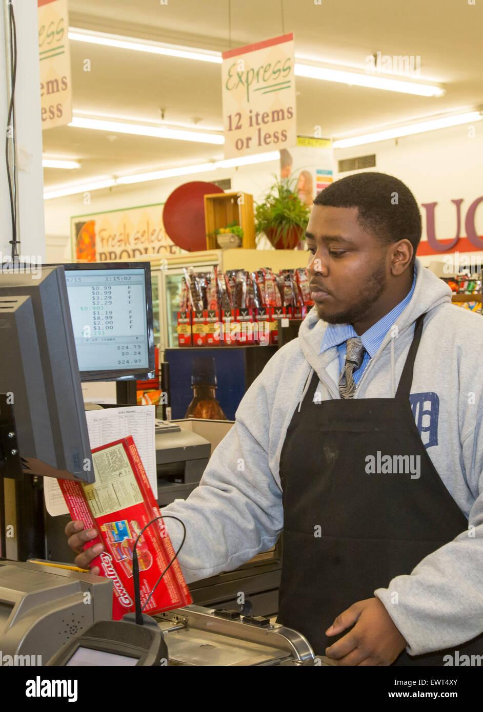 Detroit, Michigan - une hôtesse scanne une épicerie du client au Royal marché du frais. Photo Stock