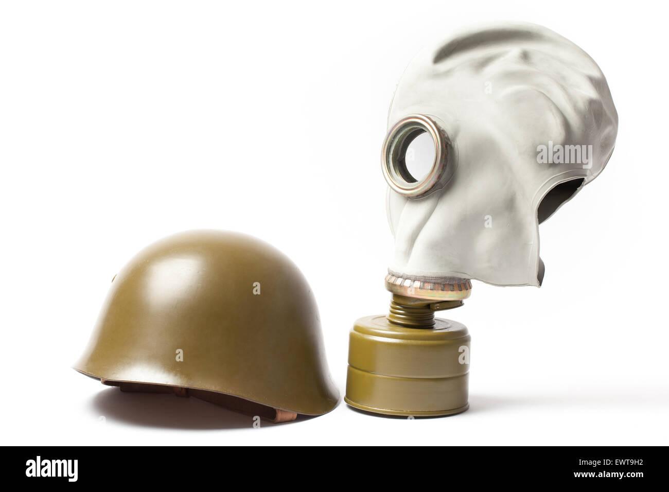Casque militaire vert et un vieux masque à gaz isolé sur fond blanc. Banque D'Images