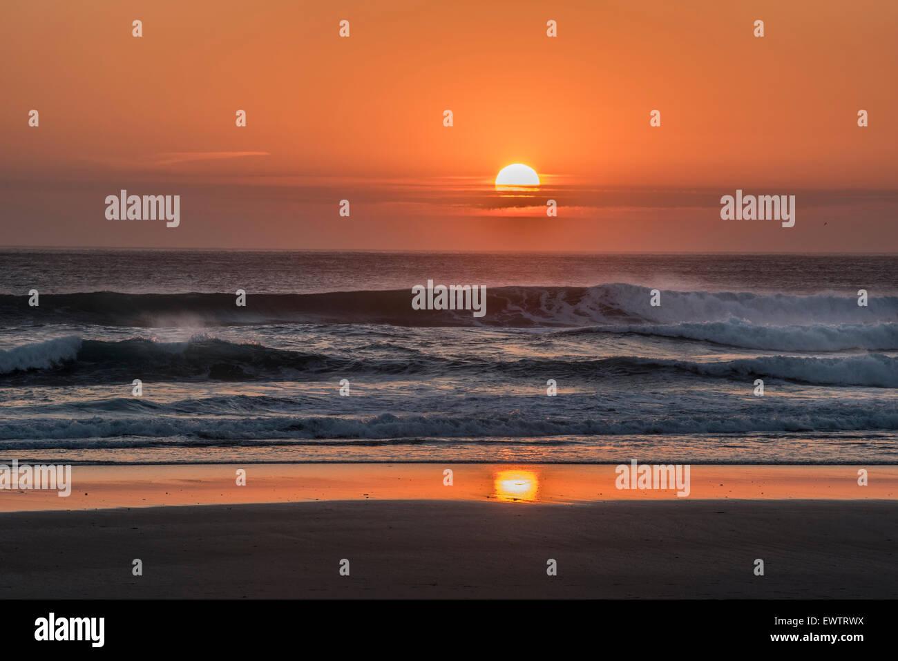 Incroyable coucher du soleil orange et big surf sur l'océan Atlantique Nord, Cornwall Photo Stock