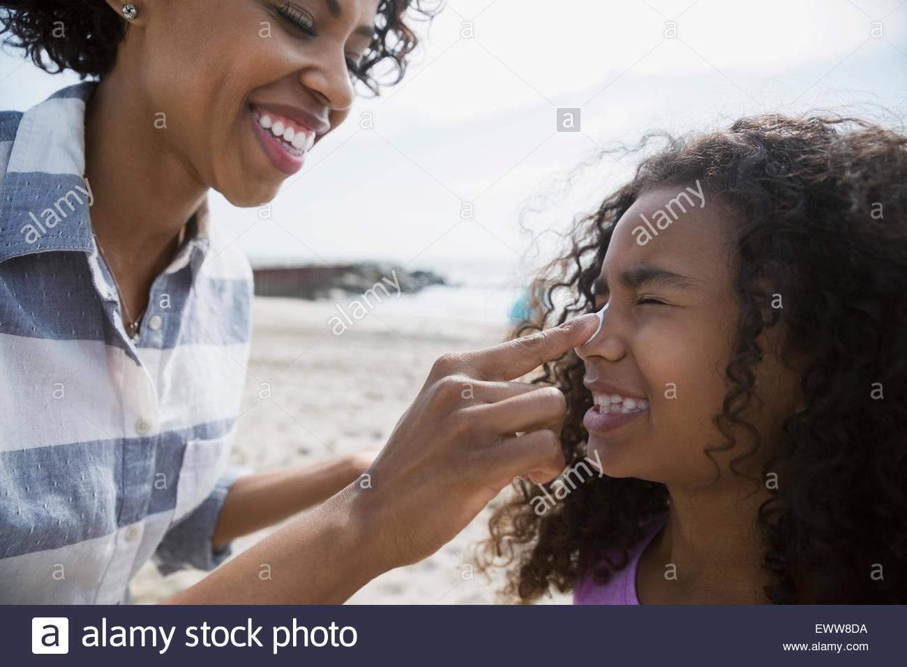 Appliquez un écran solaire à mère fille nez Photo Stock