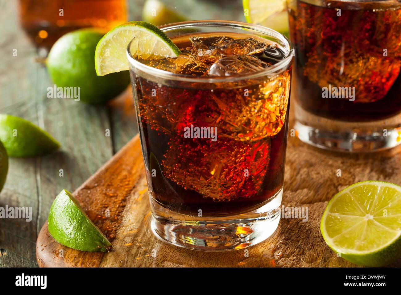 Rhum et cola Cuba Libre avec de la chaux et de la glace Photo Stock