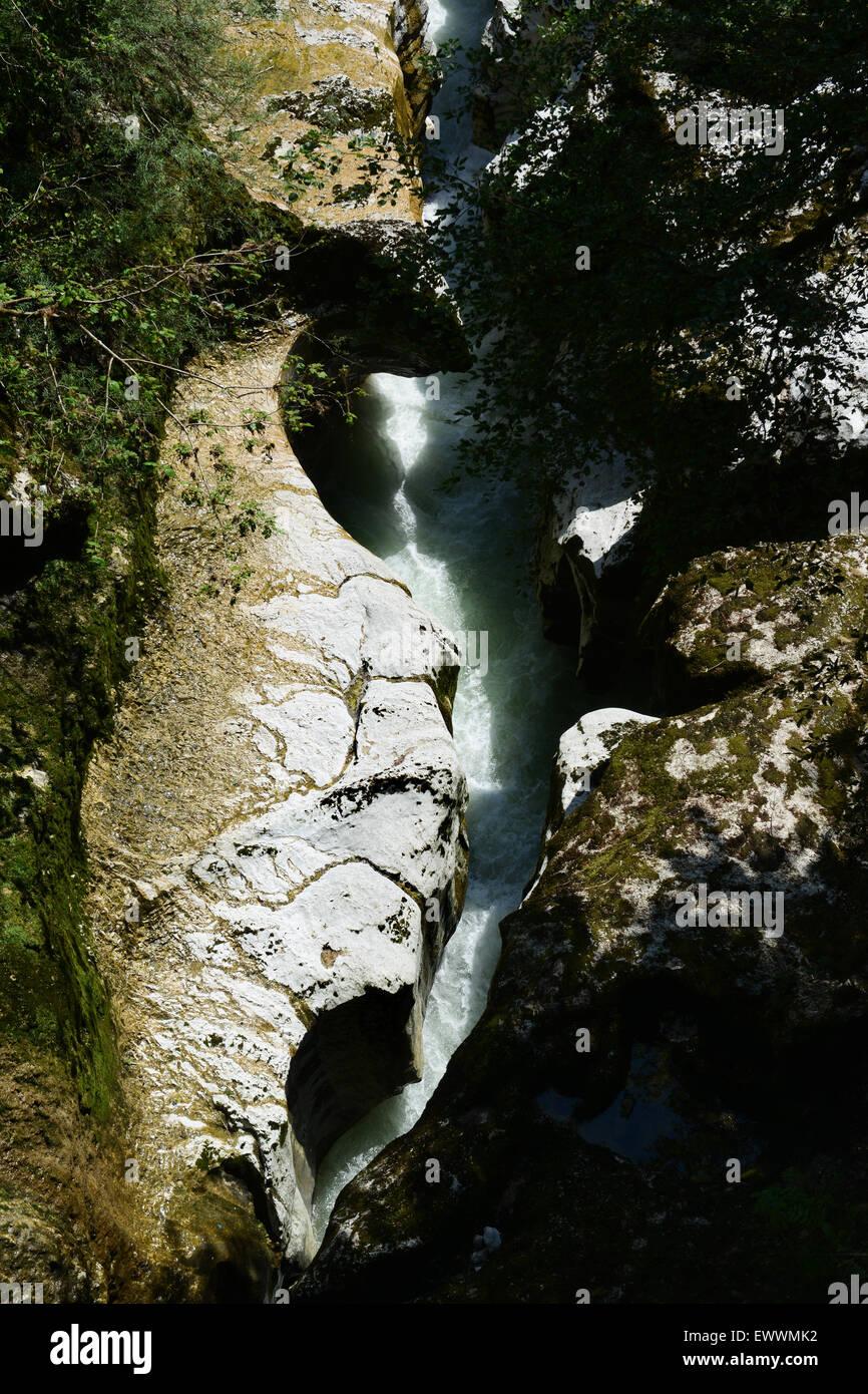 La rivière Chiésaz à Gorges du Fier Mer des rochers en Haute-Savoie de France Photo Stock
