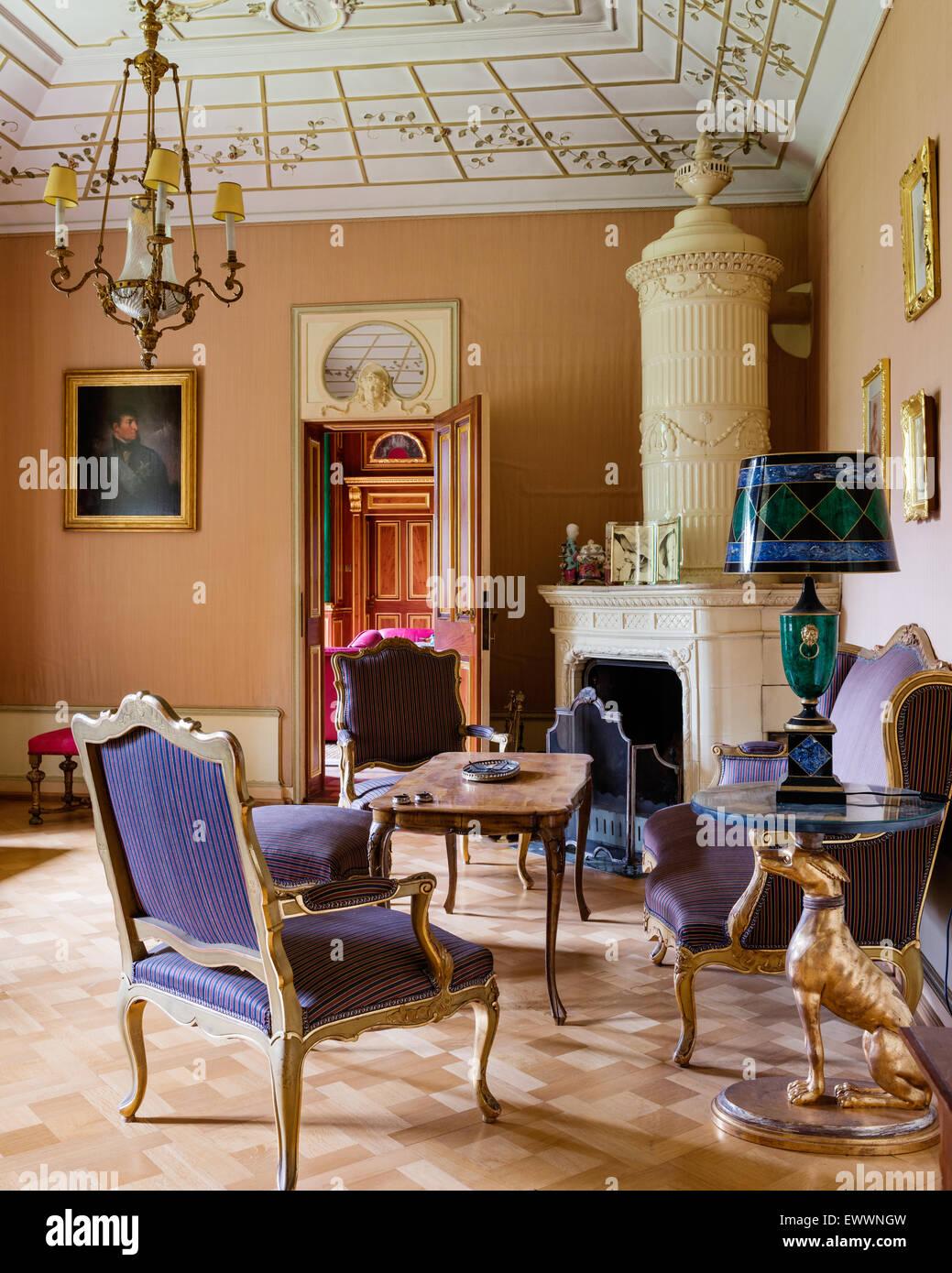 Grande cheminée dans salon de style Louis XV canapé et ...
