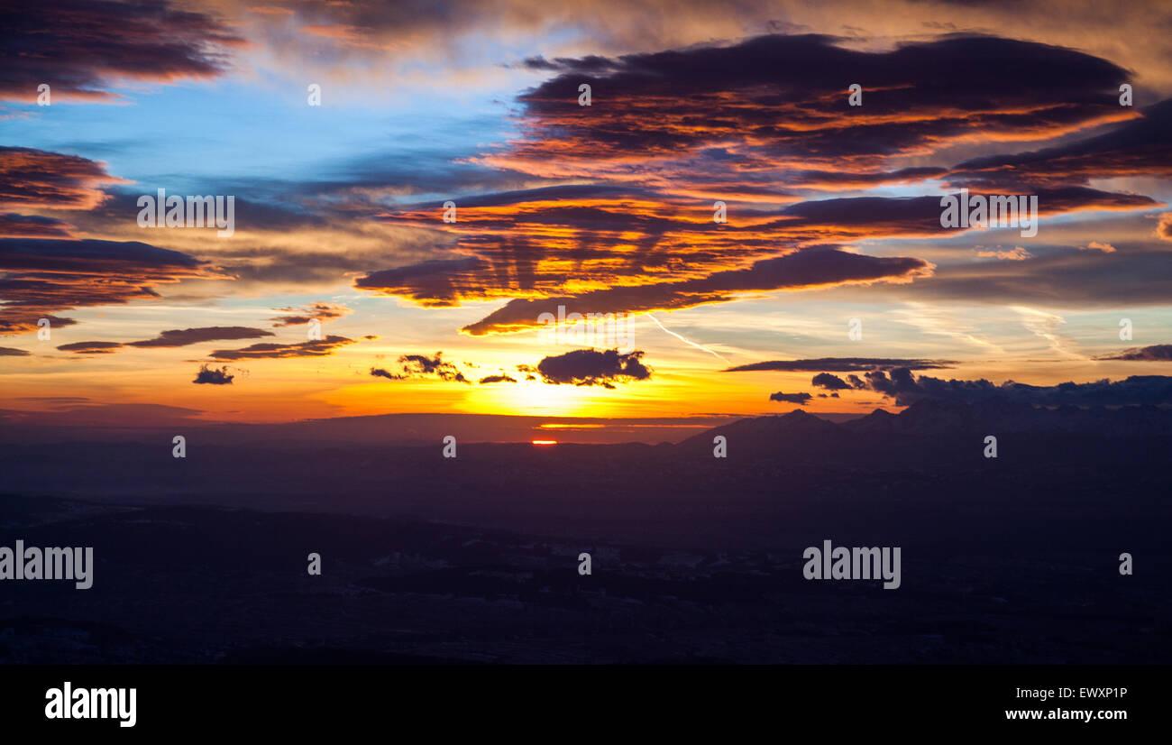 Beau lever de soleil au-dessus des Tatras, vue depuis le Parc National de Babia Gora, Pologne Banque D'Images
