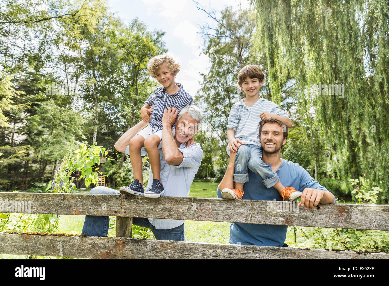 Portrait of three generation family mâles dans jardin Photo Stock