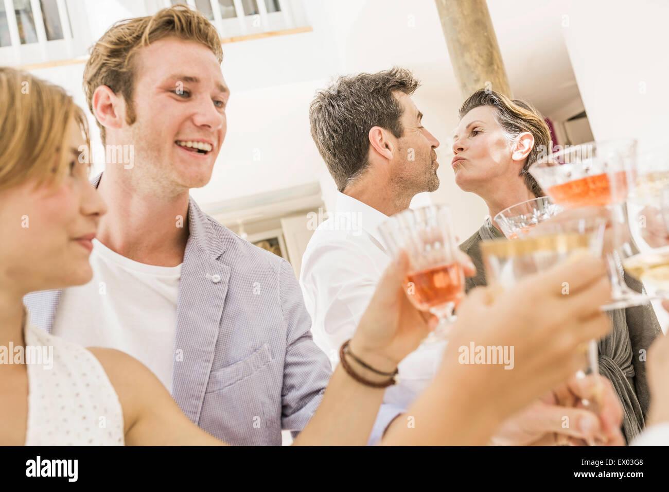 Famille faire un toast at Birthday party Photo Stock