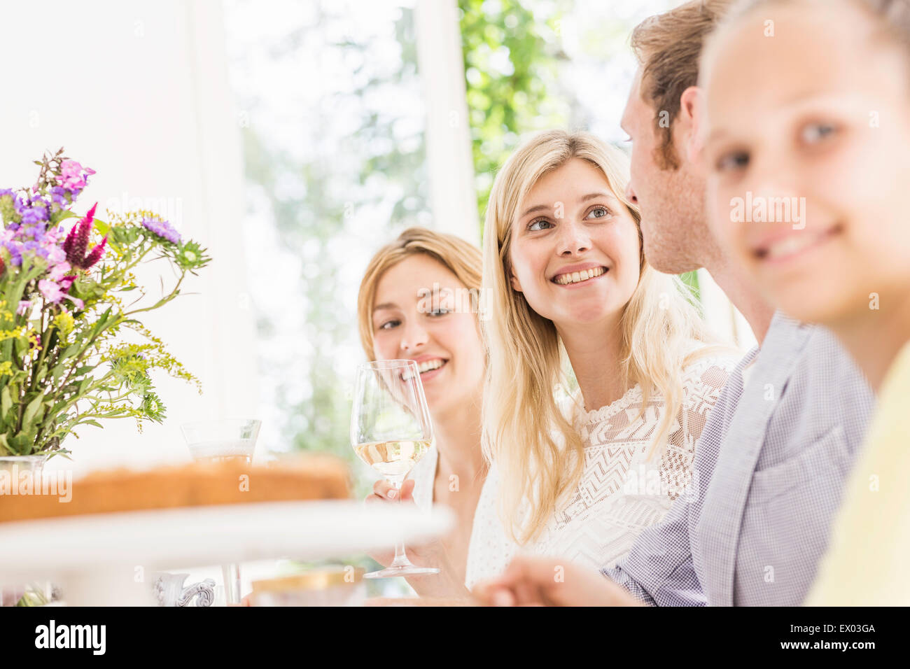 Fille et adultes at Birthday party Photo Stock