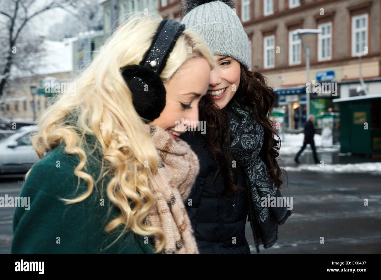 Deux femmes adultes de rire, l'un portant des cache-oreilles Photo Stock