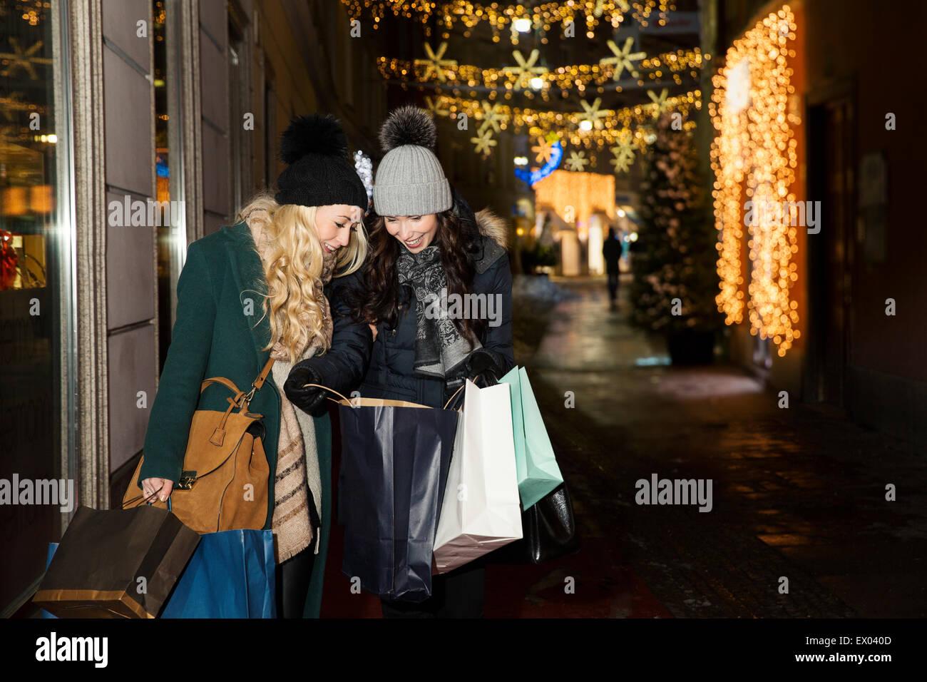 Deux femmes adultes shopping de Noël Photo Stock