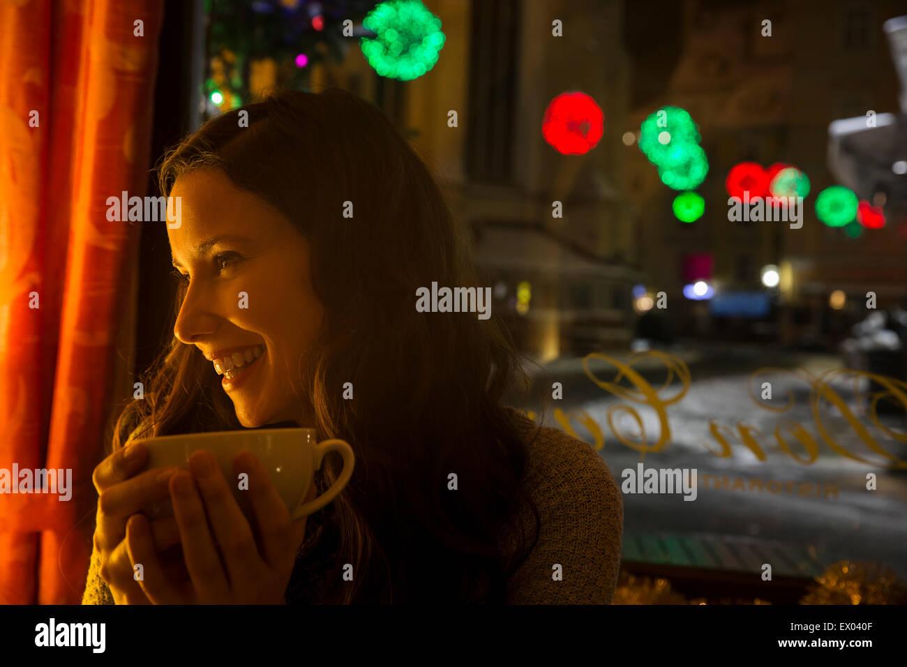 Les jeunes adultes en milieu cafe avec du café Photo Stock