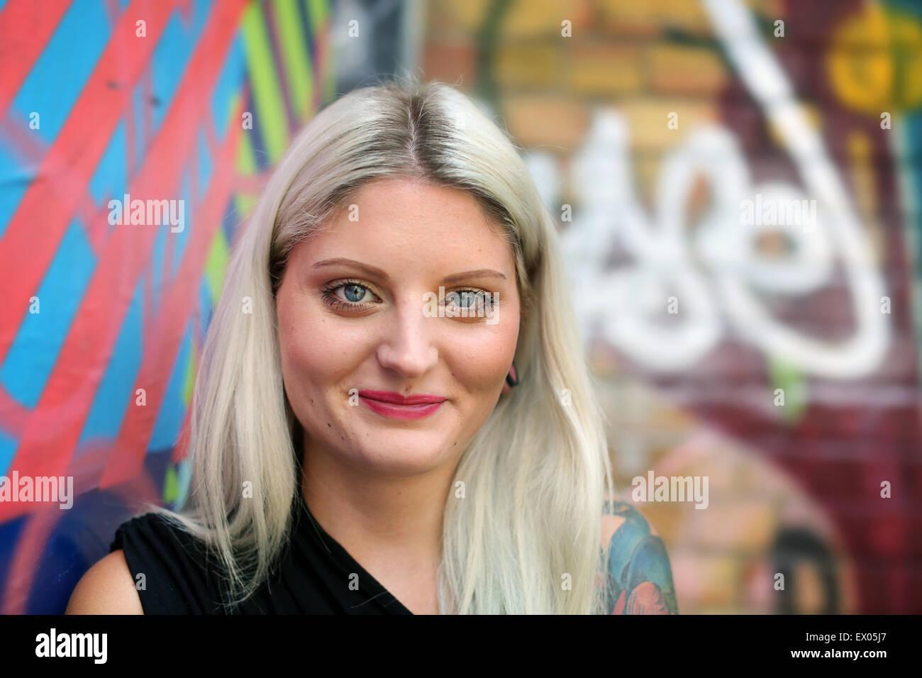 Portrait de jeune femme, graffiti en arrière-plan Photo Stock