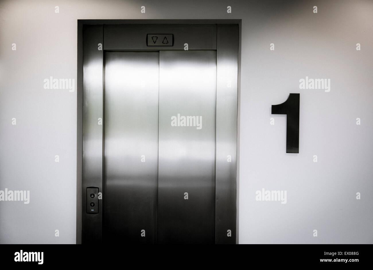 Une porte de l'ascenseur au premier étage d'un immeuble de bureaux Photo Stock