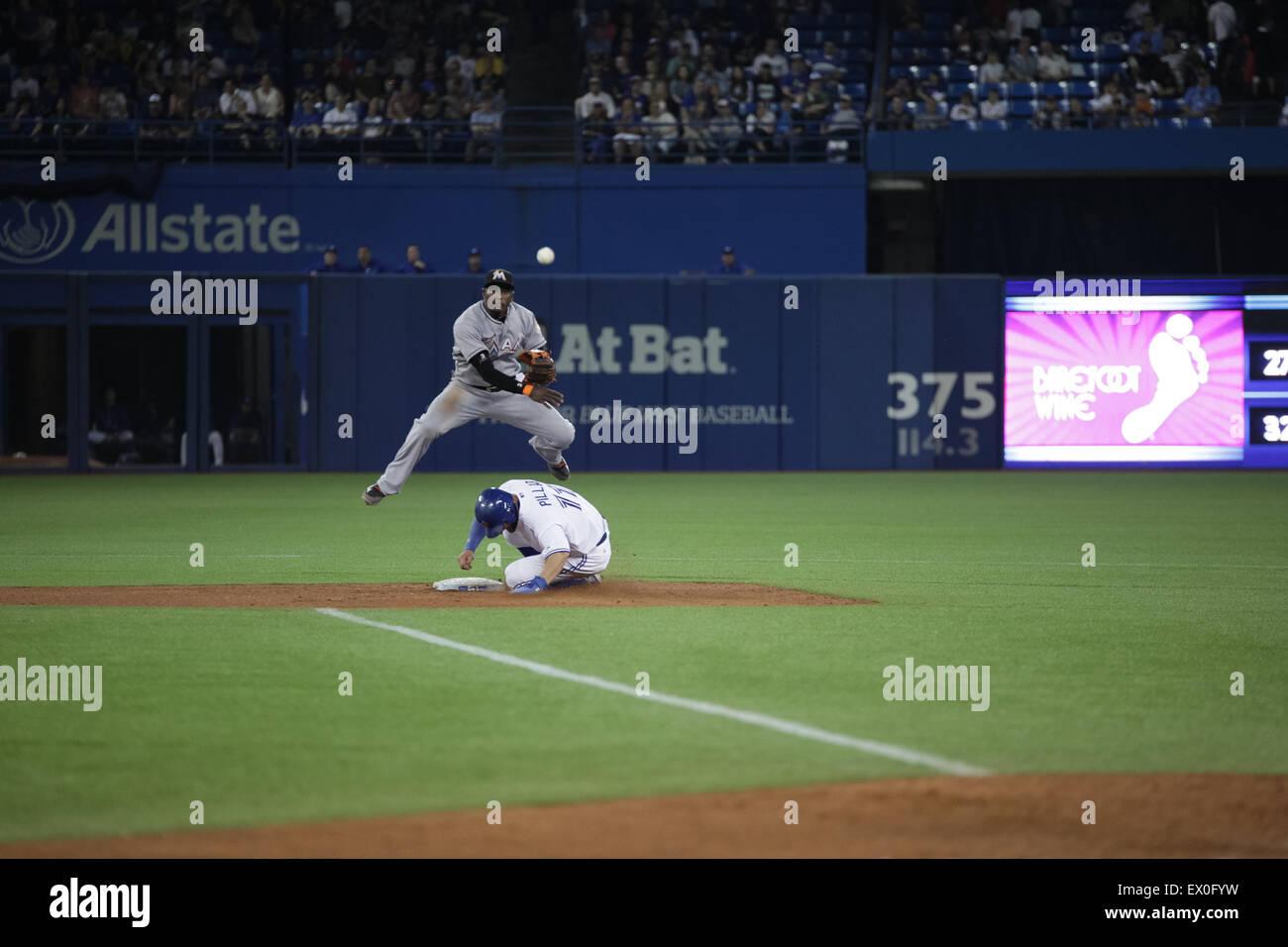 Joueur de baseball slide deuxième base Photo Stock