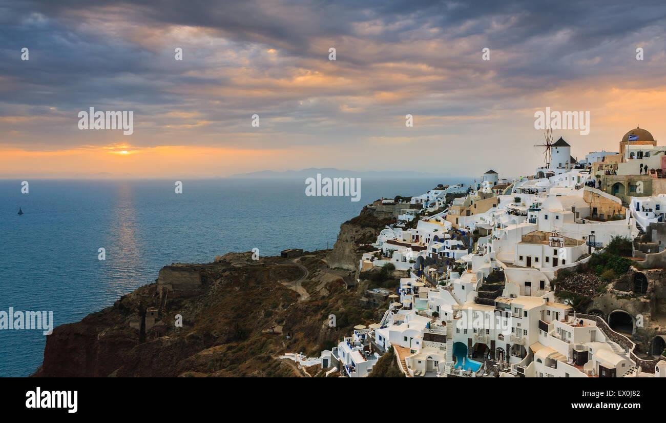La ville d'Oia au coucher de soleil sur Santorin, l'une des îles des Cyclades en mer Égée, Photo Stock