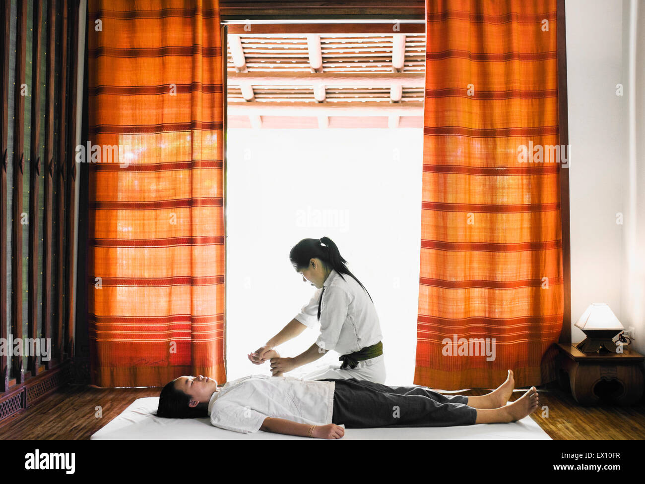 Sen, SIP ou Lao traditionnel massage au Spa de La Résidence Phou Vao, Luang Prabang, Laos. Photo Stock