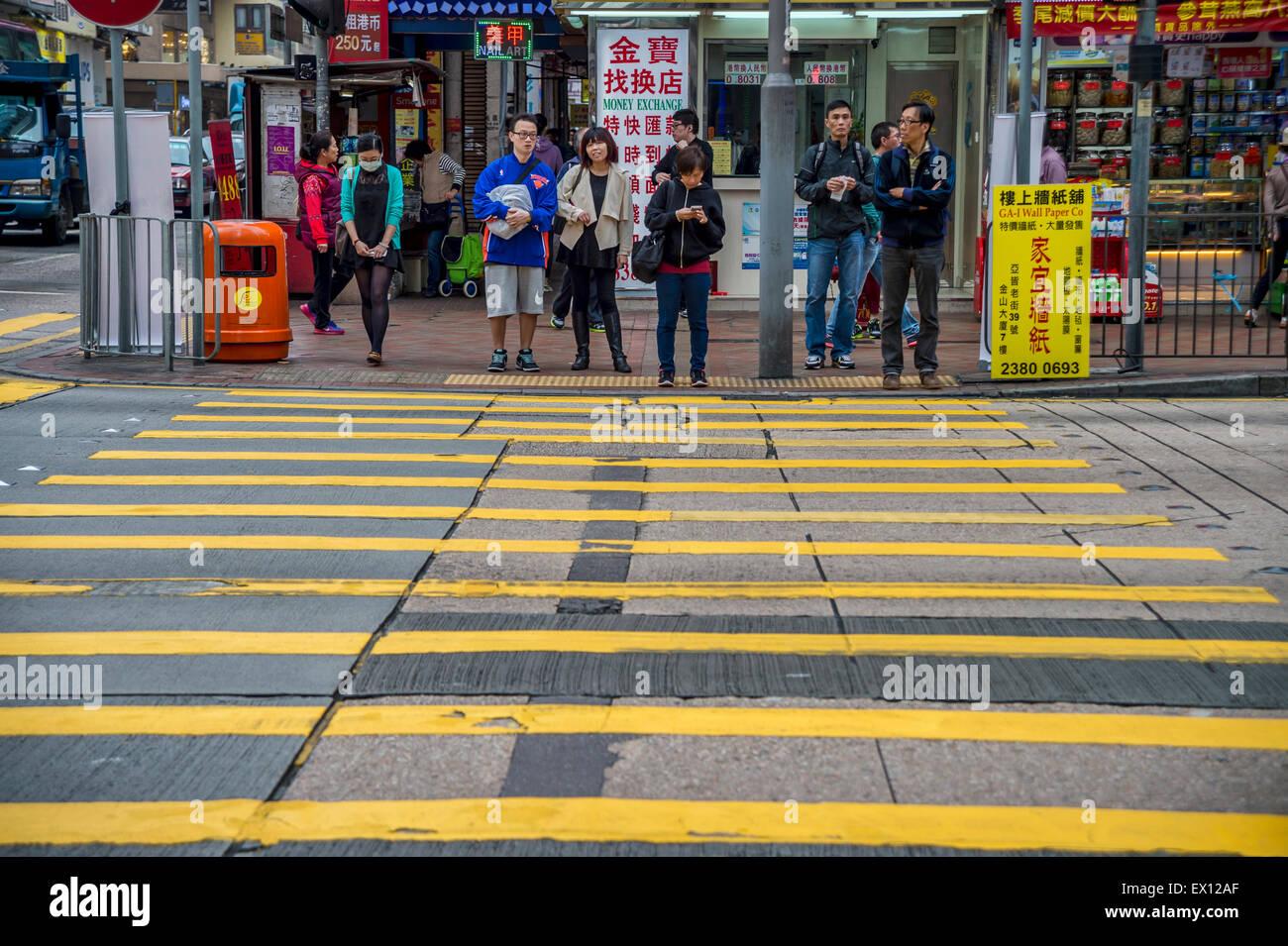 Les piétons attendent pour traverser la rue à Hong-Kong Photo Stock