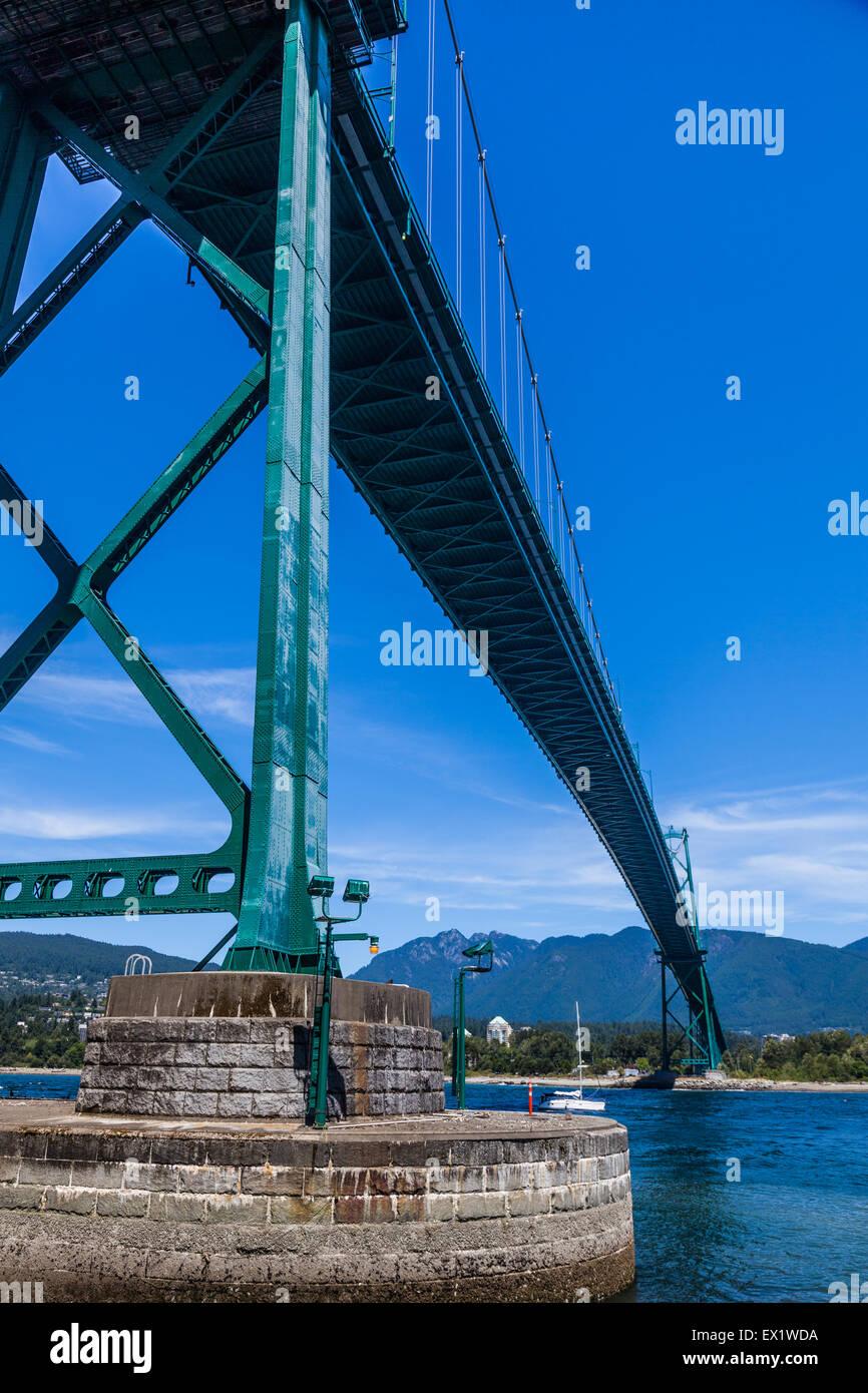 Vue de dessous du pont Lions Gate à Vancouver (Colombie-Britannique) Banque D'Images