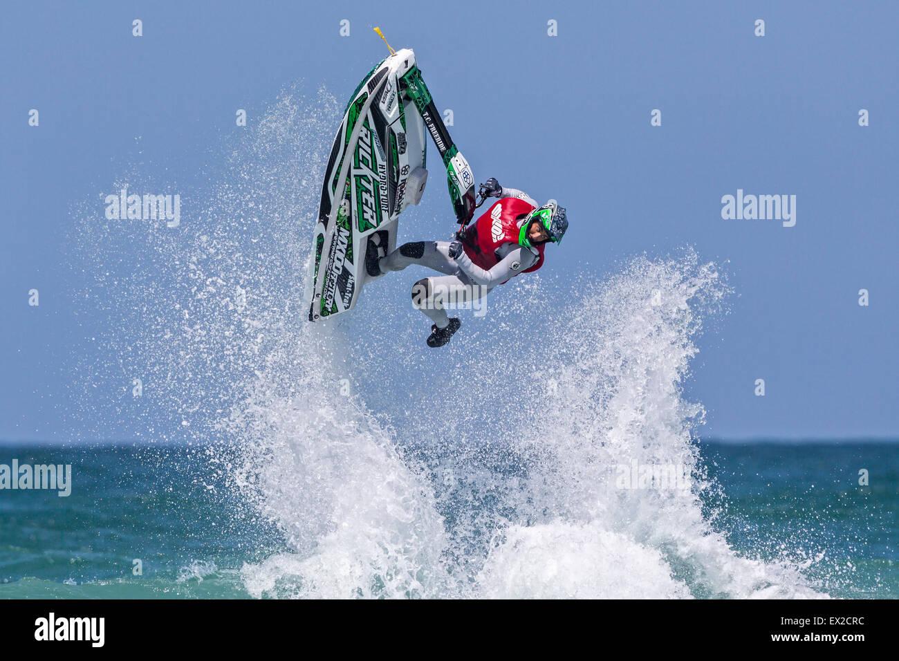 Rider en compétition au tour du monde de l'IFWA 2015 Championnat de Jet Ski, plage de Fistral, Cornwall, Photo Stock