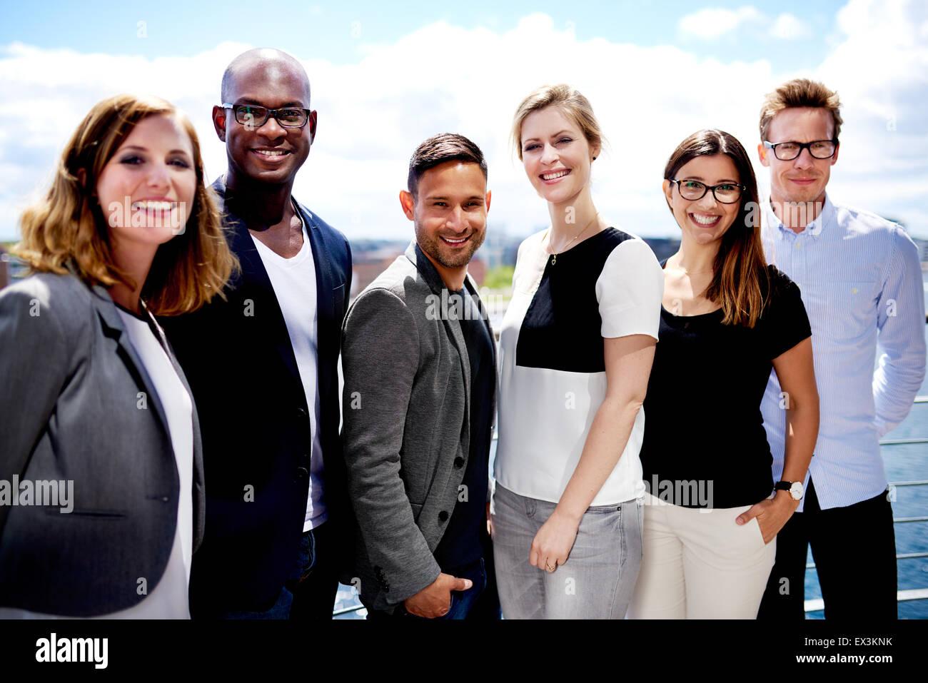 Groupe de cadres supérieurs en souriant et posant dehors pour l'image. Photo Stock