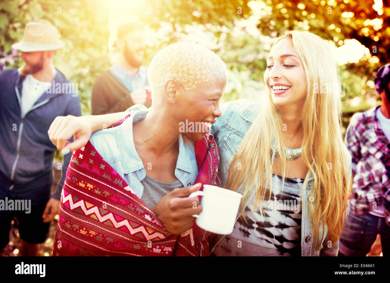 Les Amis de vacances Camping Plein Air Concept Joyeux Photo Stock