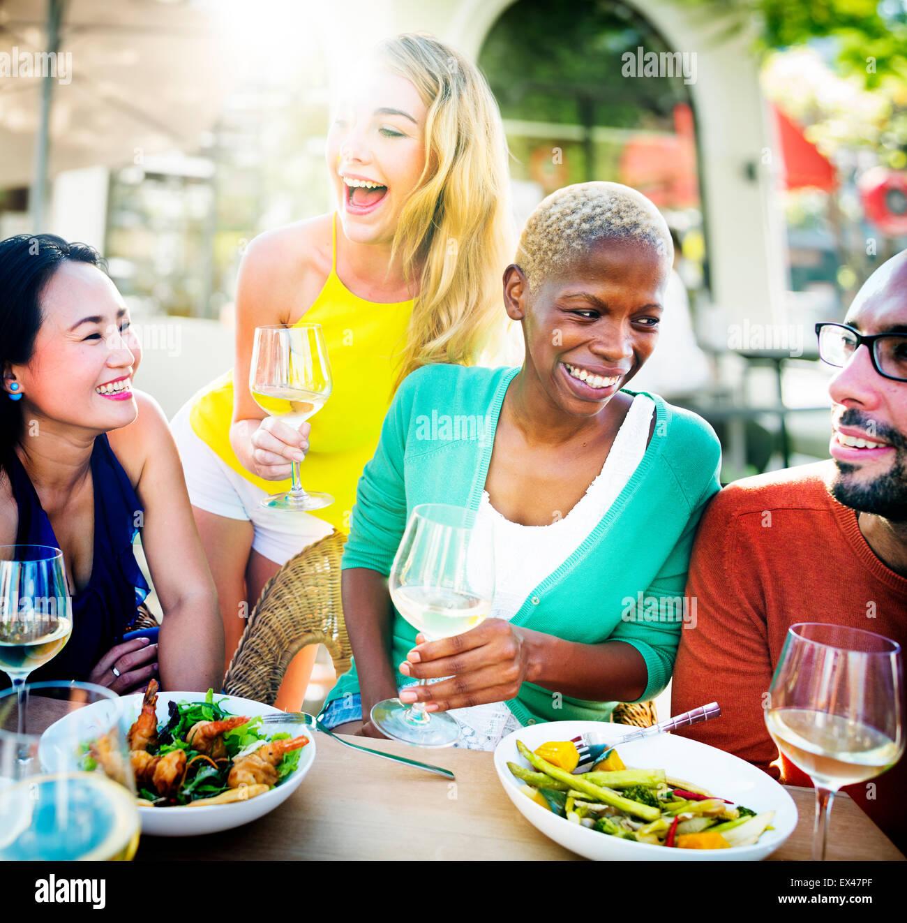 Déjeuner de diverses personnes en plein air concept alimentaire Photo Stock