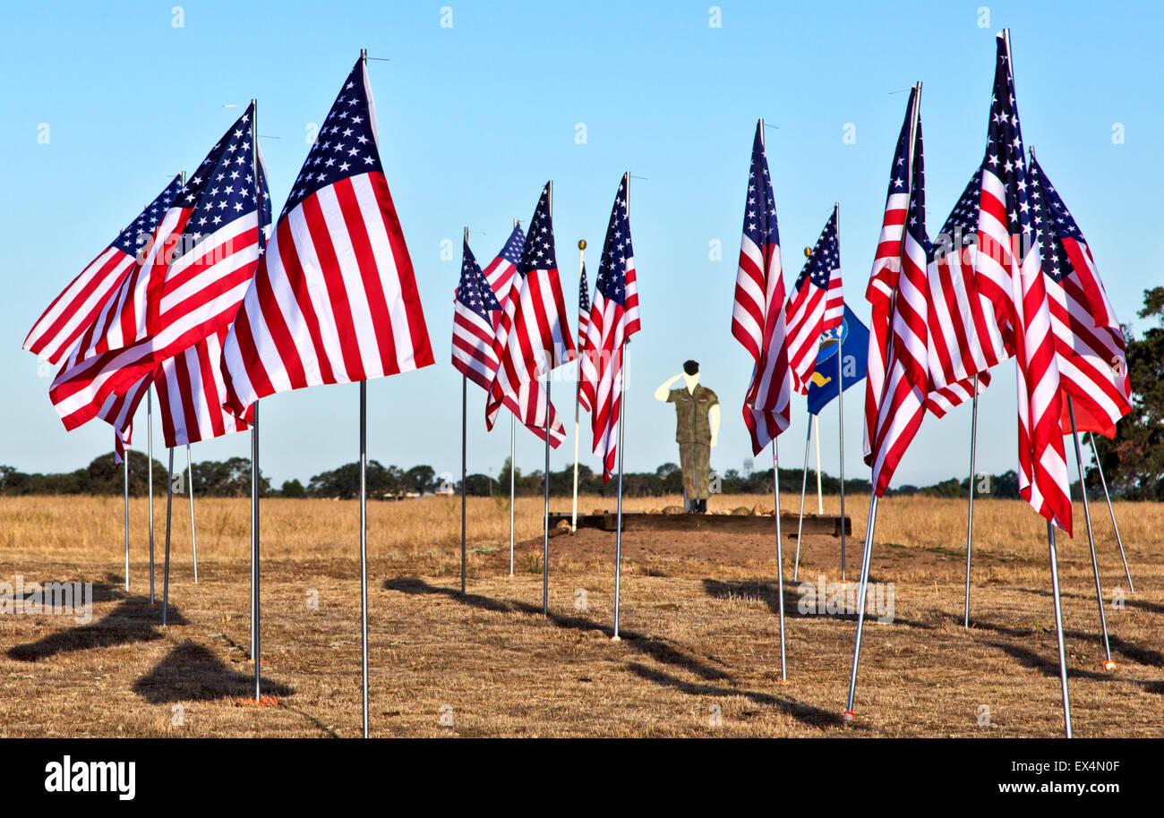 4e de Juillet 'Américain' honorant drapeau 'notre' troupes, découpe militaire. Banque D'Images
