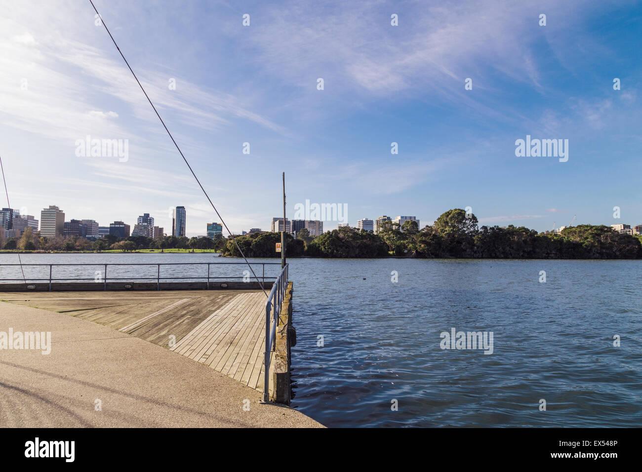 Lac d'Albert Park, Melbourne, Victoria, Australie, à la direction de St Kilda Rd Banque D'Images