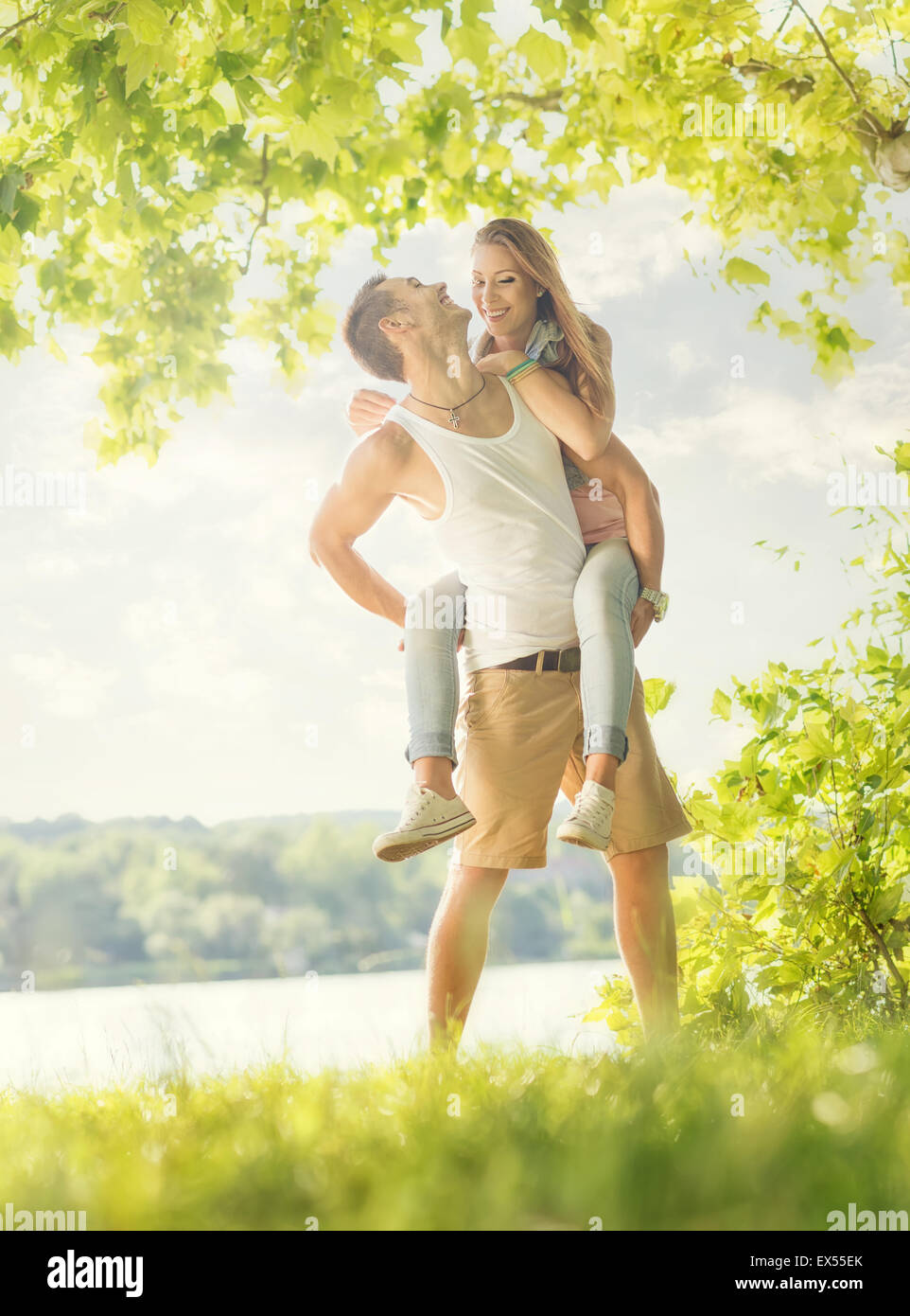 Couple in love sur le lac, hug Photo Stock