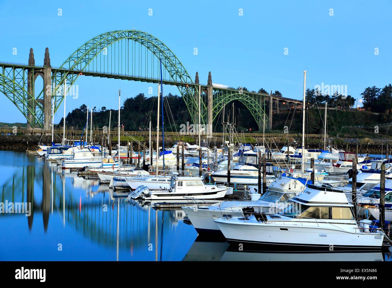 Bateaux amarrés dans le port de plaisance de Newport et yaquina bay bridge, Newport, Oregon USA Photo Stock