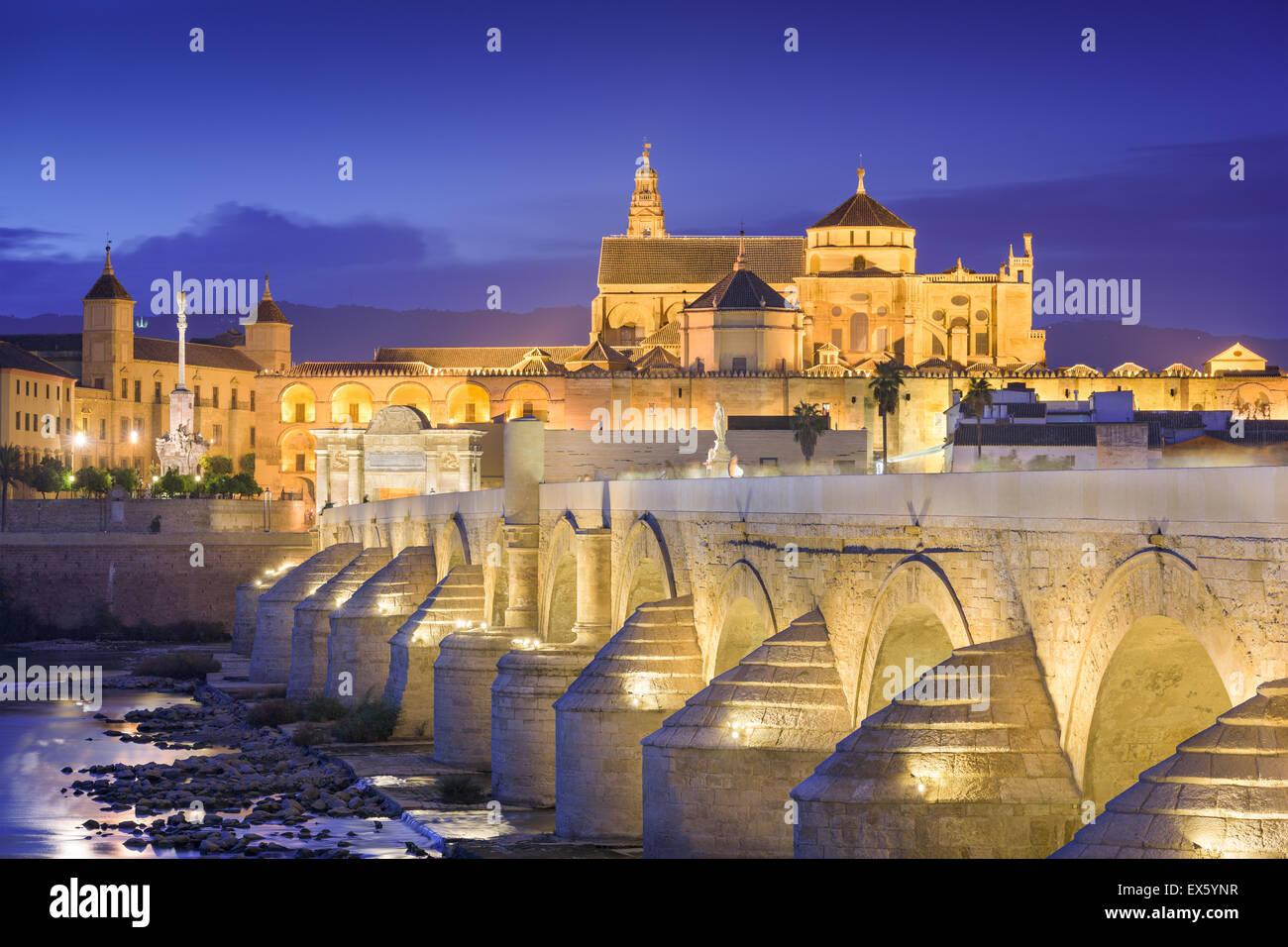 Cordoue, Espagne à l'Mosque-Cathedral et pont romain. Photo Stock